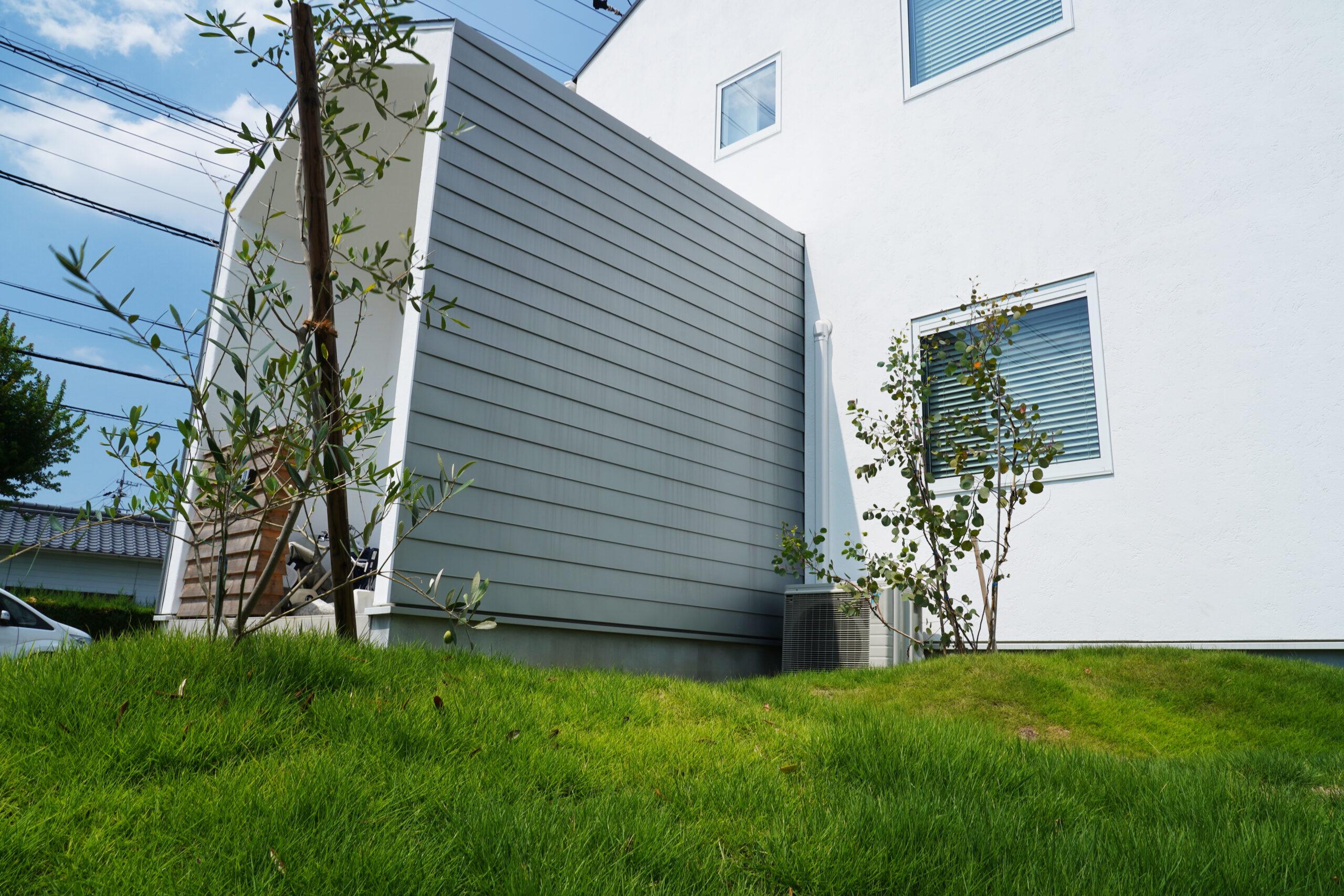 シルバーリーフの似合うナチュラル・ガーデン