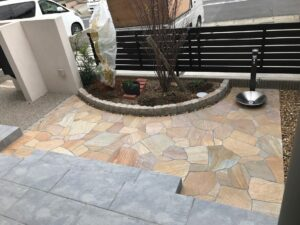 開放的な乱形石の庭