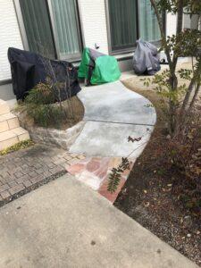 乱形石がアクセントの駐輪場スロープ